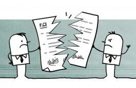 Twee personen verscheuren een energiecontract.