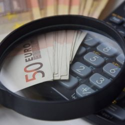 Rekenmachine, eurobiljetten en vergrootglas
