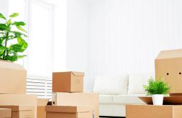 Verhuisdozen gestapeld in een woning
