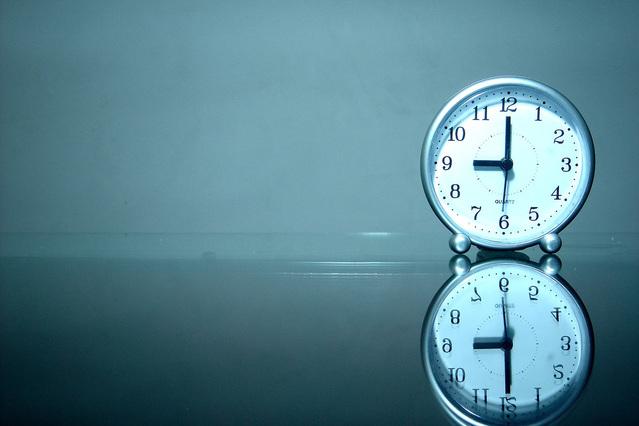 Horloge et son reflet en référence au double tarif