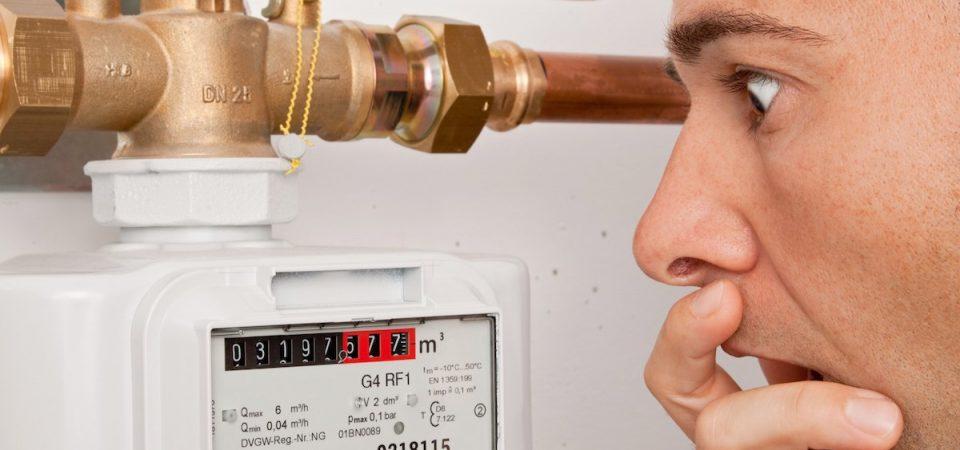 Man is verbaasd over de hoge meterstand van zijn energiemeter.
