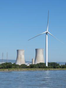 Kerncentrales en windmolens langs het water