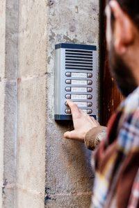 De distributienetwerkbeheerder stuurt een technicus om de meterstanden op te nemen.