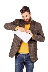 Een man verscheurt een energiecontract.