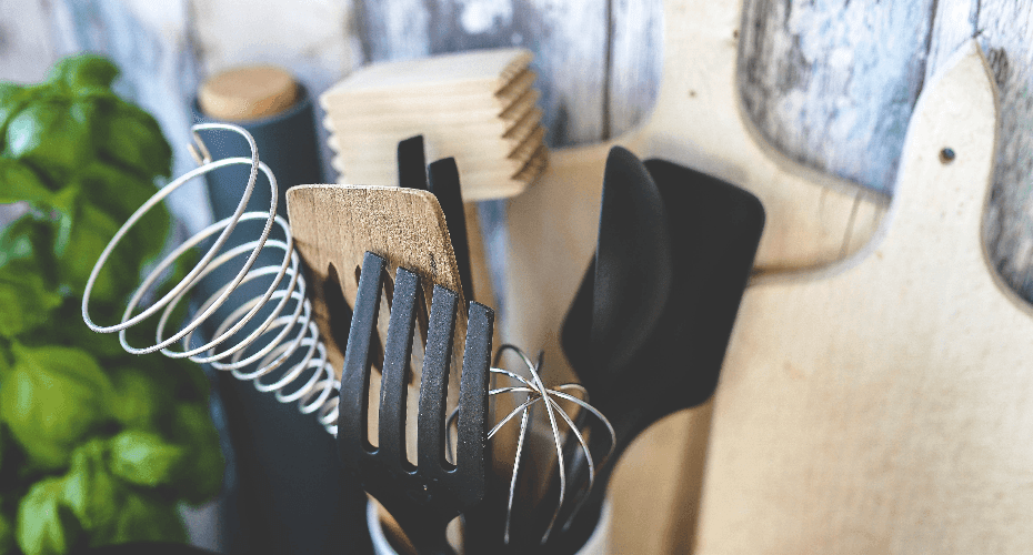 In de keuken mechanisch keukengerei gebruiken om minder energie te verbruiken