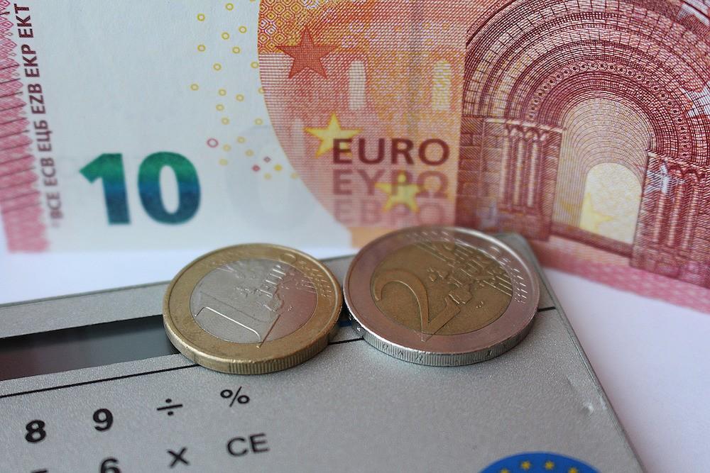 zoom op euromuntjes en eurobiljetten